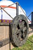 Yurt del Kazakh con una rueda grande en el carro Fotos de archivo
