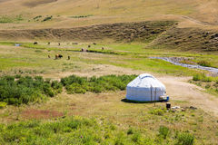 Yurt do Cazaque no platô do Assy na montanha de Tien Shan em Almaty, Cazaquistão, Ásia no verão Fotografia de Stock