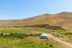 Yurt do Cazaque no platô do Assy na montanha de Tien Shan em Almaty, Cazaquistão, Ásia no verão Natureza de árvores verdes Foto de Stock