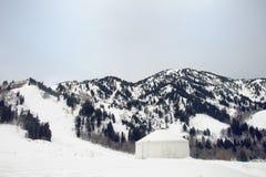 Yurt en las montañas septentrionales de Utah en el invierno Foto de archivo