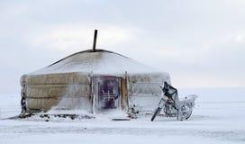Yurt im Schnee mit einem Motorrad in Mongolei Lizenzfreies Stockbild