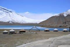 Yurt Kirgiz на береге озера каракул в шоссе Karakorum, Синьцзян, Китае стоковая фотография