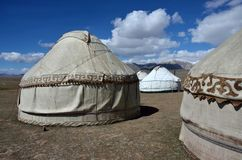Yurt-Lager Sohn-Kul am letzten See, Tian Shan-Berge mit schönen traditionellen nomadischen Häusern, Kirgisistan stockfoto
