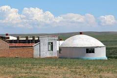 Yurt moderno do Mongolian no estepe perto da cidade de Hohhot, Inner Mongolia fotos de stock royalty free