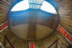 Yurt op de achtergrond van de berg Donker weer Licht onduidelijk beeld in agent om motie te tonen stock foto's