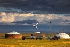 Yurts auf der Wiese stockfotografie