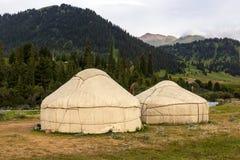 Yurts in Centrale Aziatische Veld stock afbeelding