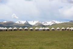 Yurts dans la neige a couvert des montagnes Photos stock