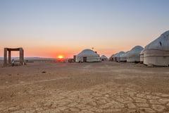 Yurts dans le désert au coucher du soleil uzbekistan Photo stock