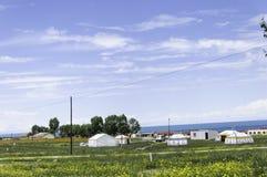Yurts et villages de Mogolian près du lac photos stock