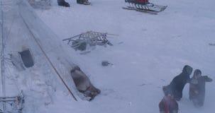 Yurts läger i mitt av lyckligt spela för arktiska barn utanför bärande traditionell kläder för en päls lager videofilmer