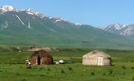 Yurts nel paesaggio del Kirghizstan Fotografia Stock