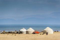 Yurts på gränsen av sjösången Kol, Kirgizistan Royaltyfria Foton