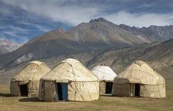 Yurts tradicionais de Quirguizistão no campo fotos de stock royalty free