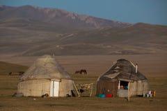 Yurts tradicionales en el lago Kol de la canción en Kirguistán imagen de archivo