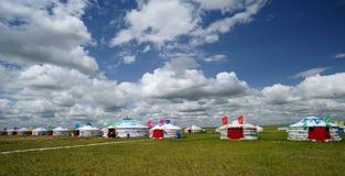 Yurts unter blauem Himmel und weißen Wolken stockfotos