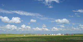 Yurts unter blauem Himmel und weißen Wolken lizenzfreies stockbild