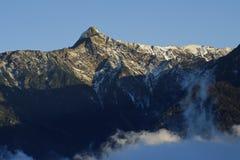 yushan云彩严重的高峰的雪 免版税库存照片