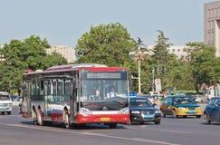 Yutong buss på Chang An Avenue, Peking, Kina Arkivbild