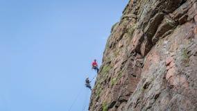 Yuzhnoukrainsk,乌克兰- 2018年6月19日:攀岩 一个小组年轻攀岩运动员攀登垂直的花岗岩岩石 免版税库存图片