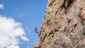 Yuzhnoukrainsk,乌克兰- 2018年6月19日:攀岩 一个年轻登山人攀登一个垂直的花岗岩岩石 极其体育运动 图库摄影