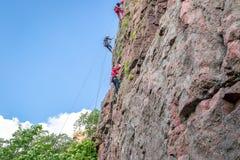 Yuzhnoukrainsk Ukraina - Juni 19, 2018: Vagga klättringen En grupp av barn vaggar klättrareklättring som den vertikala graniten v Arkivfoto