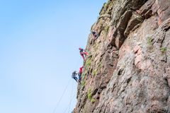 Yuzhnoukrainsk Ukraina - Juni 19, 2018: Vagga klättringen En grupp av barn vaggar klättrareklättring som den vertikala graniten v Royaltyfri Fotografi