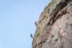 Yuzhnoukrainsk Ukraina - Juni 19, 2018: Vagga klättringen En grupp av barn vaggar klättrareklättring som den vertikala graniten v Royaltyfria Foton