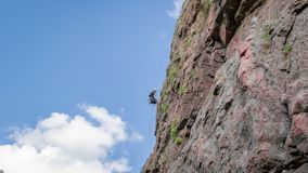 Yuzhnoukrainsk Ukraina - Juni 19, 2018: Vagga klättringen En ung klättrare klättrar en vertikal granit vaggar extrem sport Royaltyfria Foton