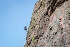 Yuzhnoukrainsk Ukraina - Juni 19, 2018: Vagga klättringen En ung klättrare klättrar en vertikal granit vaggar extrem sport Fotografering för Bildbyråer