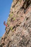 Yuzhnoukrainsk Ukraina - Juni 19, 2018: Vagga klättringen En ung klättrare klättrar en vertikal granit vaggar extrem sport Royaltyfri Foto