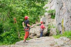 Yuzhnoukrainsk Ukraina - Juni 19, 2018: Vagga klättringen Unga idrottsman nen försäkrar deras kamrater som klättrar vagga Arkivbilder