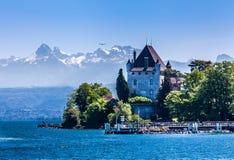 Yvoire en de Alpen stock afbeeldingen