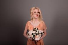 Żywa lali dziewczyna z kwiatami na szarym tle Obraz Stock