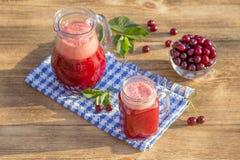 Żywienioniowy detox napój z czerwoną wiśnią w jasnej wodzie z lodem Czereśniowy sok w dzbanku w wiśniach w talerzu i szklanych i  Obraz Royalty Free