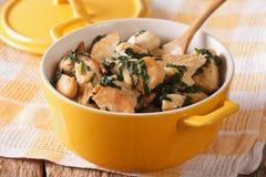 Żywienioniowy jedzenie: Kurczak pierś braised z szpinakiem w rondlu zdjęcia stock
