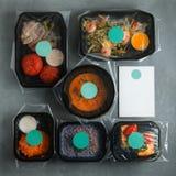 Żywienioniowy jedzenie w zbiornikach na betonowym tle obrazy stock