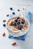 Żywienioniowy zdrowy oatmeal naczynie z migdałem i czarną jagodą Zdjęcie Royalty Free