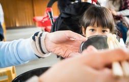 Żywieniowa Japońska dziewczynka obraz stock