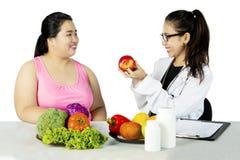 Żywiony proponowanie jej pacjent jeść zdrowego jedzenie Obraz Royalty Free