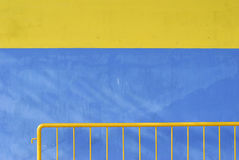 Ywloow en blauwe muren Stock Foto