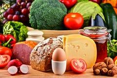 Żywność organiczna wliczając warzywo owocowego chlebowego nabiału mięsa i Fotografia Stock