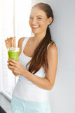 Żywność organiczna Zdrowa łasowanie kobieta Pije Detox sok Lifesty zdjęcie royalty free