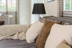 Żywy izbowy projekt z poduszkami na popielatej kanapie i czarnej lampie zdjęcia royalty free
