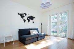 Żywy izbowy wnętrze z kanapą Zdjęcia Royalty Free