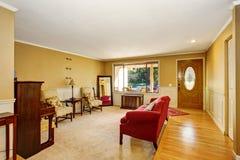 Żywy izbowy wnętrze z rocznika meble, antykwarski pianino Łączący łomotać teren Obraz Stock