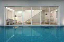 Żywy pokój, jadalnia i pływacki basen w nowożytnym domu, Obraz Royalty Free