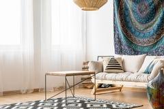 Żywy pokój w etnicznym stylu zdjęcie stock