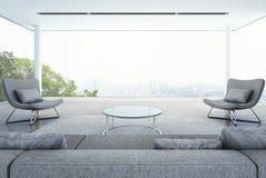 Żywy pokój w nowożytnym budynku, biały wnętrze z miasta tłem Fotografia Stock