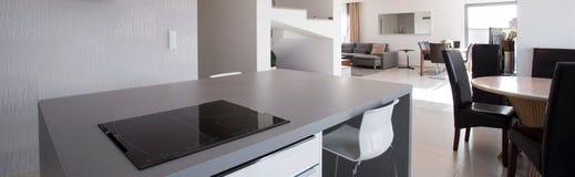 Żywy pokój widzieć od kuchni zdjęcia stock